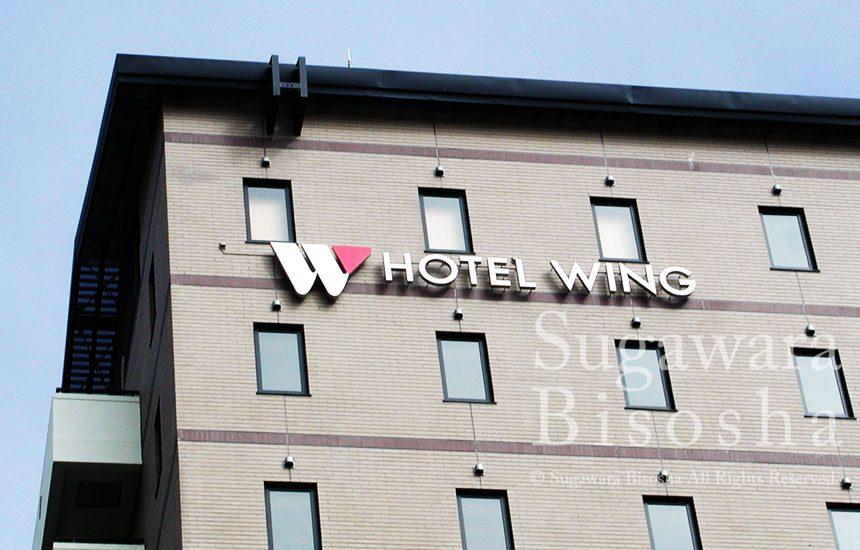 ホテルの壁面に浮かび上がるLEDバックライトチャンネル文字